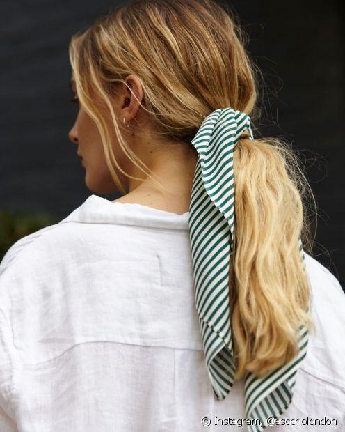 Para adicionar os lenços nos penteados, a dica é optar por estilos mais simples, como rabos de cavalo e coques (Foto: Instagram @ascenolondon)