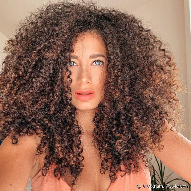 Aposte no cabelo chocolate com luzes mais claras para um resultado mais suave (Foto: Instagram @stylefeen)