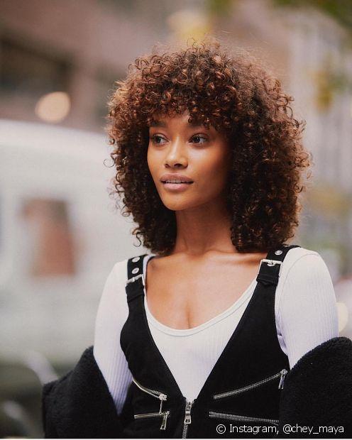 O cabelo chocolate pode iluminar o visual das donas de pele negra (Foto: Instagram @chey_maya)
