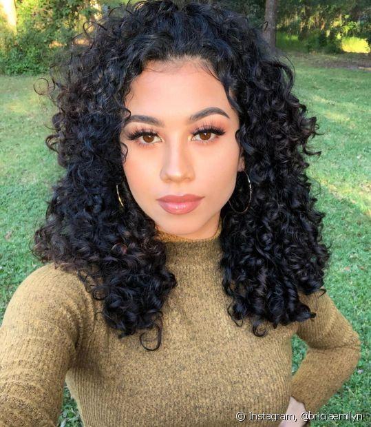 Quem tem cabelo cacheado e crespo adoro uma mousse capilar para finalizar e deixar o cabelo com mais textura (Foto: Instagram, @briciaemilyn)