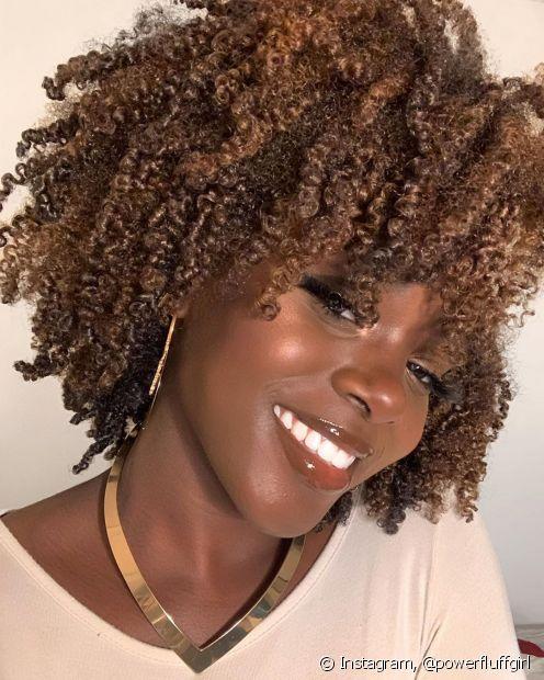 Os cabelos crespos e cacheados com coloração precisam ter cuidados redobrados para evitar a quebra dos fios (Foto: Instagram, @powerfluffgirl)