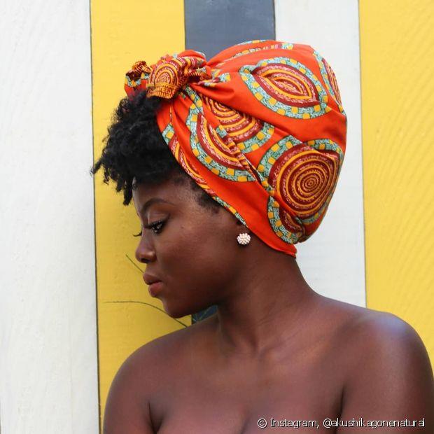 O turbante é aquele acessório que tem significado histórico para as mulheres negras, além de valorizar ainda mais os cachos (Foto: Instagram, @akushikagonenatural)