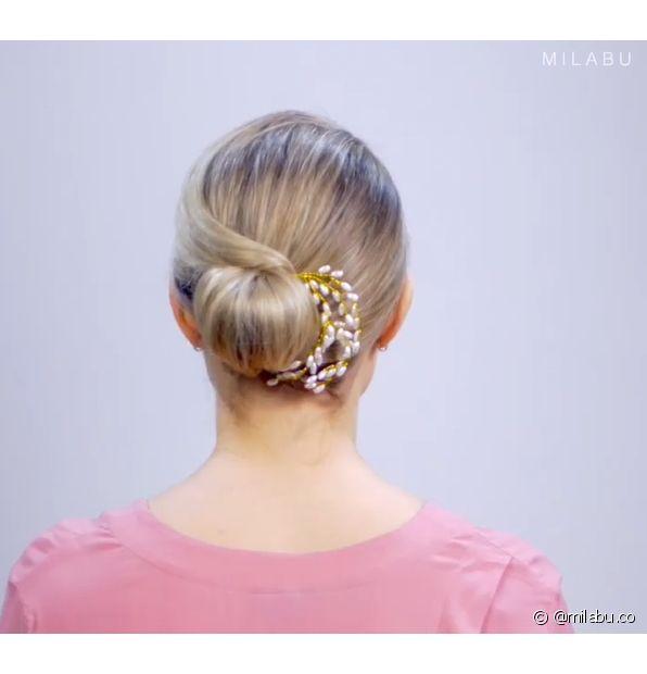 Penteados para cabelos curtos em festas podem contar com presilhas e outros acessórios (Foto: Instagram @milabu.co)