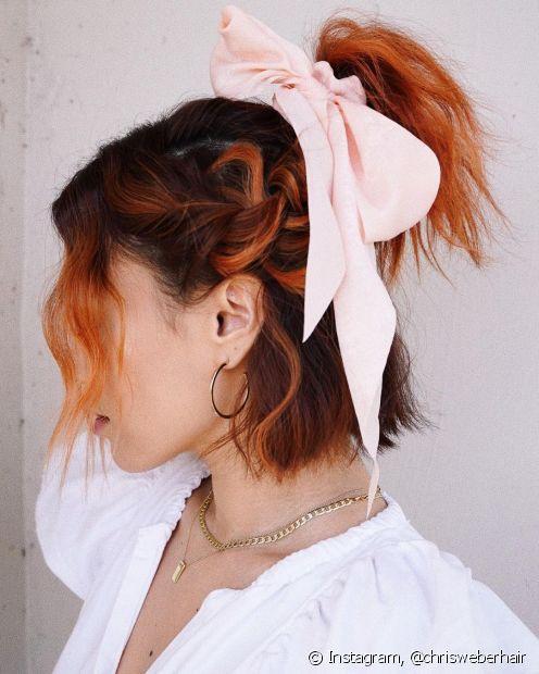 As tranças e os acessórios, como lenços, podem trabalhar juntos nos penteados para cabelos curtos (Foto: Instagram @chrisweberhair)