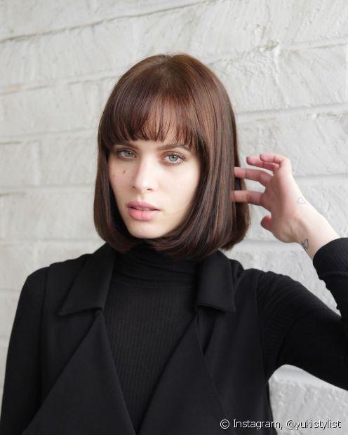 O french bob com franja média é um modelo de cabelo curto com franja que tem fortes inspirações retrô. (Foto: Instagram @yukistylist)