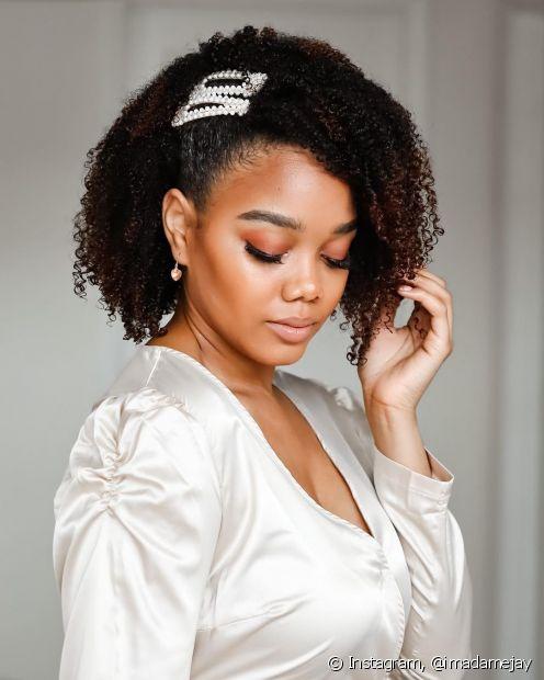 Penteados para cabelos cacheados para formatura: semipreso na lateral valoriza o volume dos cachos. Saiba como acomodar os fios no capelo. (Foto: Instagram @imadamejay)