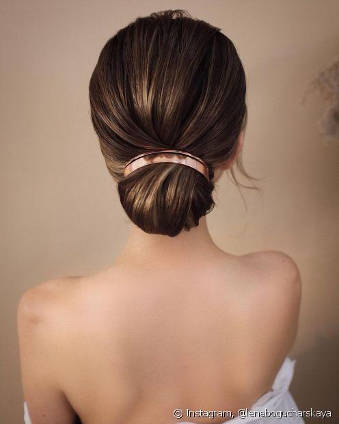 Outro penteado para formatura super clássico é o coque baixo. (Foto: Instagram @lenabogucharskaya)