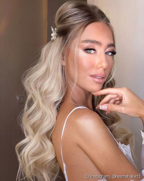 Conheça o semipreso estilo princesa e outros penteados para formatura que ficam perfeitos com o capelo e a beca. (Foto: Instagram @reemsharvit1)