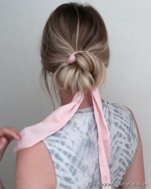 O coque despojado personalizado com lenço e fitas ganha um toque delicado e feminino. (Foto: Instagram @whatlydialikes)