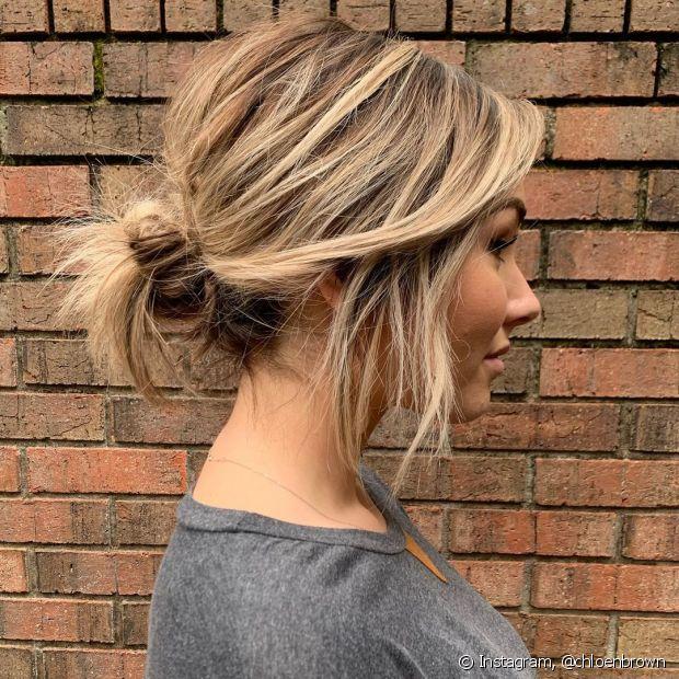 Coque cabelo curto: coque baixo e messy é a melhor opção para fios com pouco comprimento. (Foto: Instagram @chloenbrown)