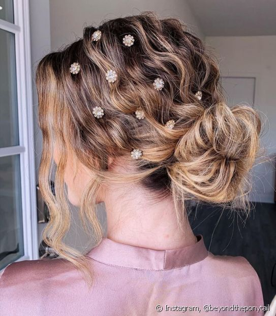 Os acessórios ajudam a personalizar os penteados com coque e deixam o visual mais moderninho. (Foto: Instagram @beyondtheponytail)