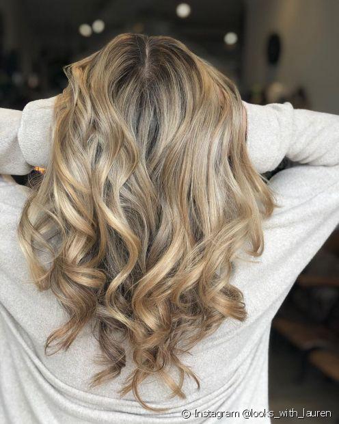 O corte de cabelo degradê em V é uma versão do corte ideal para quem quer adicionar mais volume nas pontas (Foto: Instagram @looks_with_lauren)