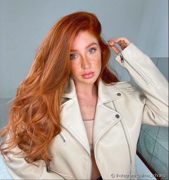 O cabelo ruivo claro é vibrante, iluminado e valoriza todas as texturas de cabelo. Inspire-se com as fotos da galeria e as dicas da matéria! (Foto: Instagram @alina_schiano)