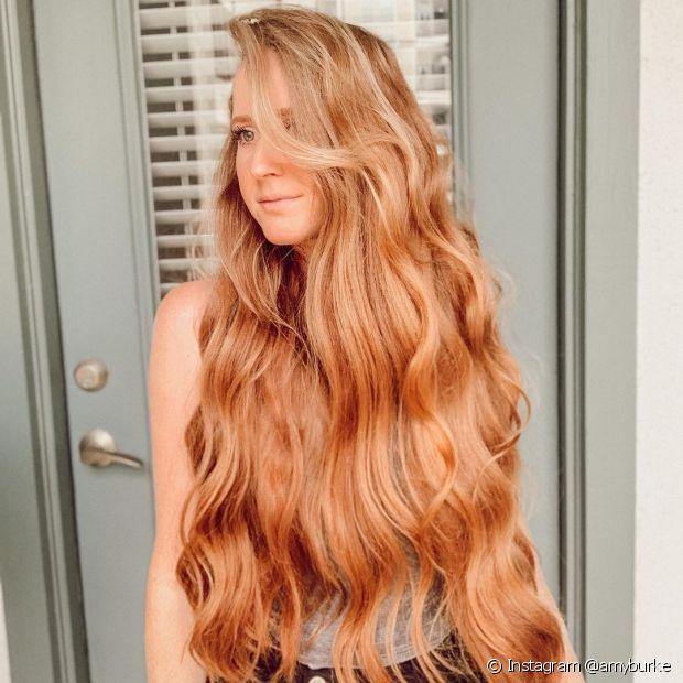 A tonalidade ruivo claro dá luminosadade aos cabelos ondulados. (Foto: Instagram @amyburke)