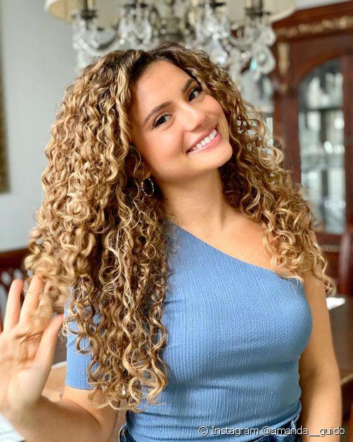 O suplemento capilar para crescimento de cabelo pode ser incluído no cronograma uma vez por semana. (Foto: Instagram @amanda__guido)
