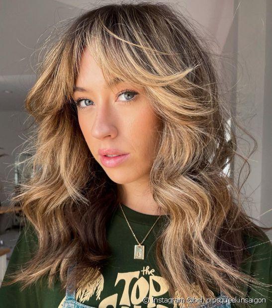 O cabelo longo com franja cortininha é moderno e garante um toque romântico ao visual (Foto: Instagram @bel_pipsqueekinsaigon)