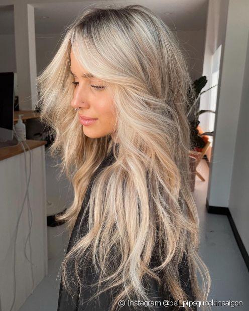 O cabelo longo em camadas continua sendo paixão das mulheres e ganhou a franja cortina para ficar ainda mais estiloso (Foto: Instagram @bel_pipsqueekinsaigon)