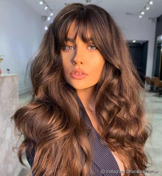 O corte de cabelo longo com franja é um dos favoritos do Instagram. Inspire-se em mais cortes que são tendência! (Foto: Instagram @natalieannehair)