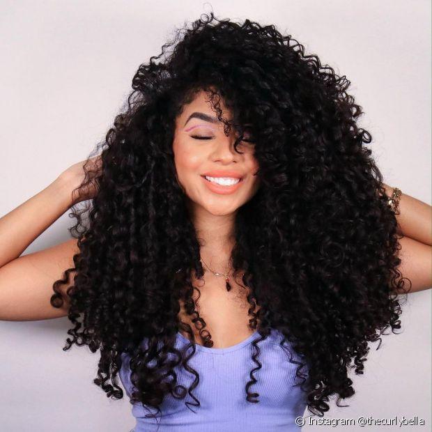 O corte de cabelo arredondado é uma das tendências para cabelos cacheados longos (Foto: Instagram @thecurlybella)
