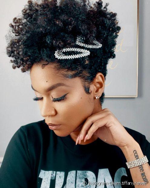 O penteado moicano é um dos favoritos das influencers de cabelo crespo que gostam de looks mais estilosos (Foto: Instagram @iam.tiffany.renee)