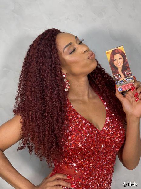 Edilene Alves escolheu o Vermelho Carmim de Cor&Ton para abandonar o cabelo loiro e ficar ruiva