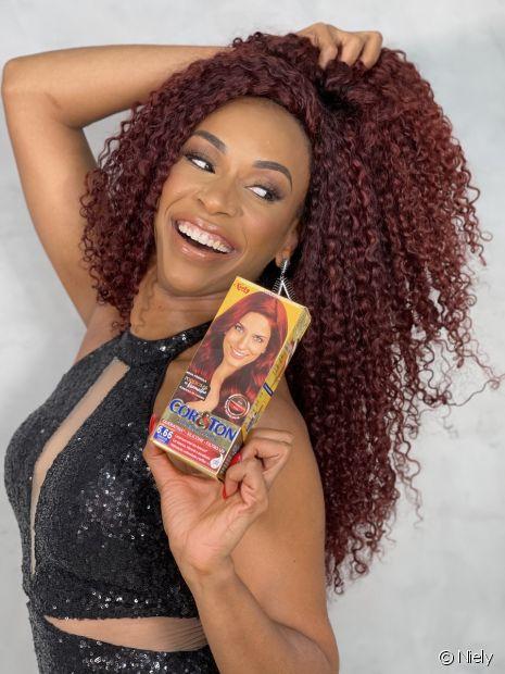 A dançarina Edilene Alves está ruiva! A dona de cabelos crespos apostou no tom 6.66 Vermelho Carmim de Cor&Ton