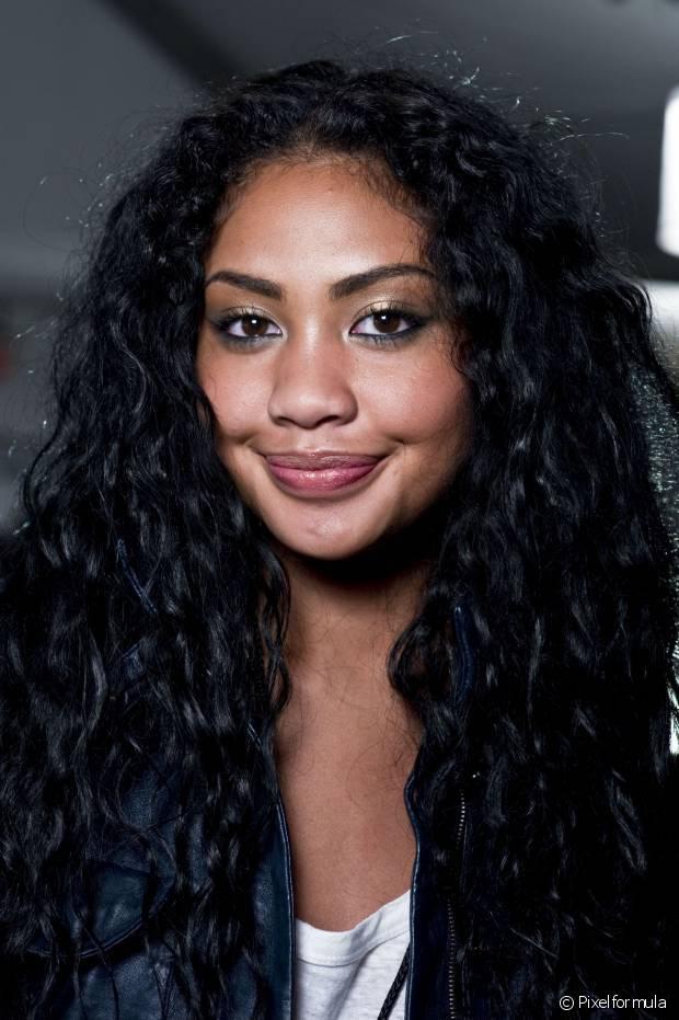 O cabelo preto reflete bastante brilho por conta da cor escura intensa