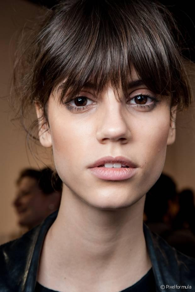 A franja reta é o modelo mais difícil de adaptar com certos formatos de rosto, por isso, você deve testá-la antes de passar a tesoura