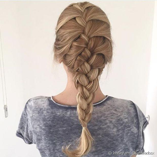 A trança embutida é muito bonita e dá muito destaque para cabelos com mechas