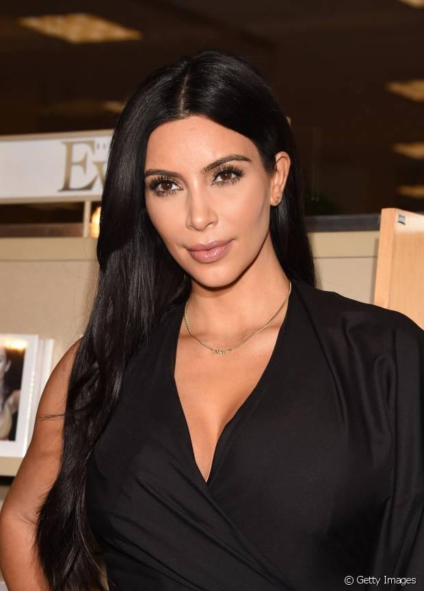 Kim Kardashian não faz muitas mudanças capilares e o cabelo preto é o seu preferido!