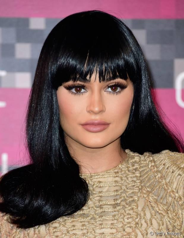 Kylie Jenner tem inúmeras perucas, mas o cabelo preto também é seu preferido!