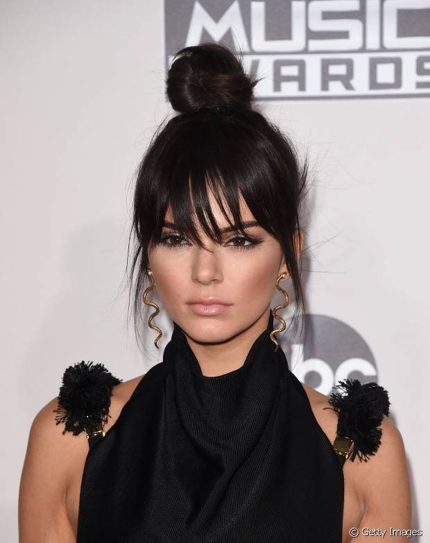 Kendall Jenner também nunca fez uma mudança radical nos fios e mantém os cabelos pretos