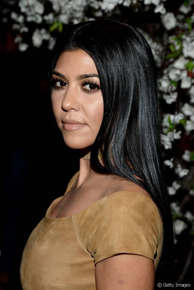 Kourtney Kardashian também é fã do cabelo preto e nunca fez nenhuma mudança radical nos fios