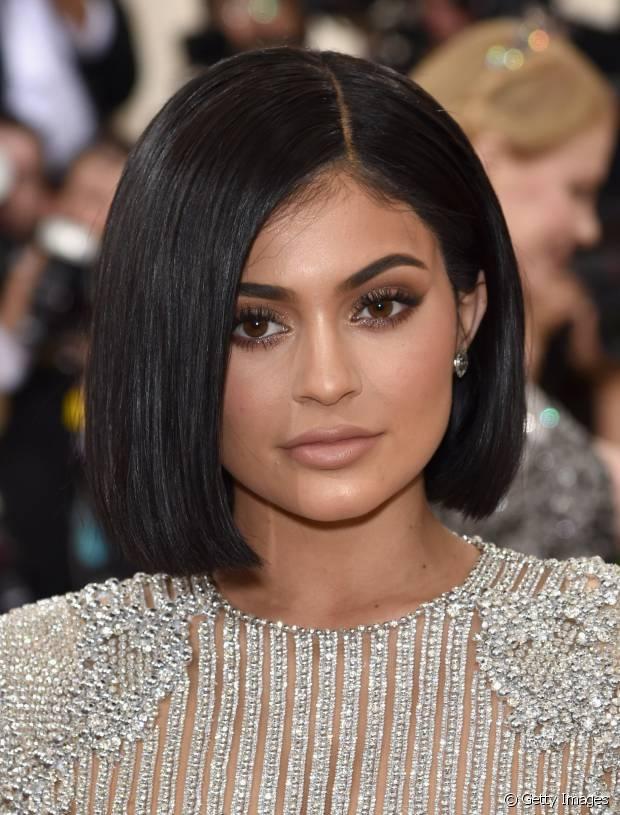 Kylie Jenner já afirmou que gosta de seus cabelos naturais no tom preto