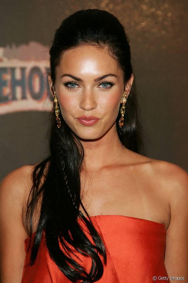 O cabelo preto destaca ainda mais os olhos azuis de Megan Fox