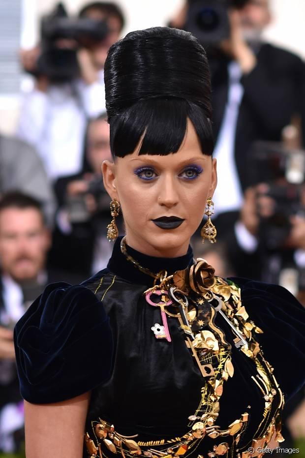 Katy Perry desfilou fios pretos azulados em um coque altíssimo no MET Gala 2016