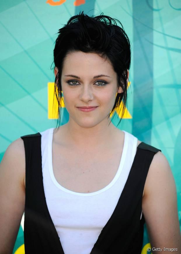 Kristen Stewart tem a pele branquinha que fez um belo contraste com o seu cabelo preto
