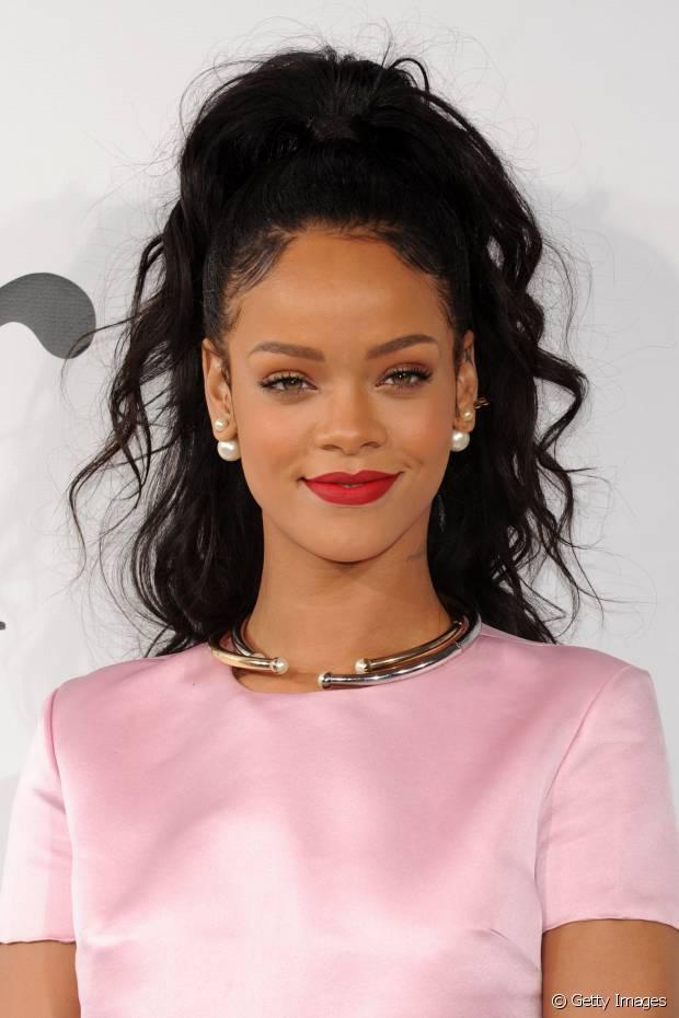 O cabelo preto destaca a beleza negra. Rihanna já exibiu fios escuros