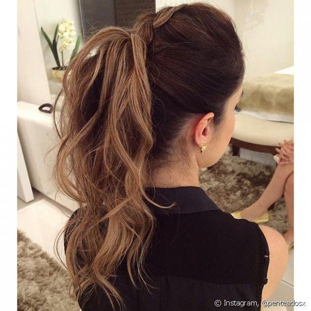 Um simples truque de desfiar o cabelo já pode te ajudar a criar um topete maravilhoso e deixar seu rabo de cavalo muito elegante