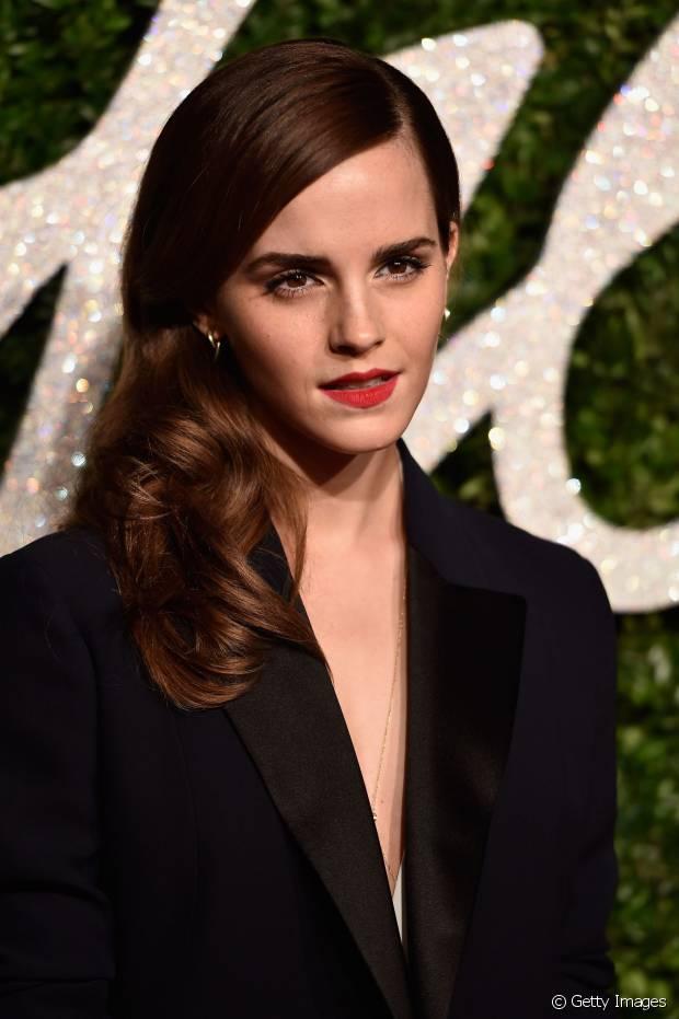 Emma Watson, eterna Hermione de 'Harry Potter', ainda dividiu o cabelo com uma risca lateral antes de prender para o lado com grampos