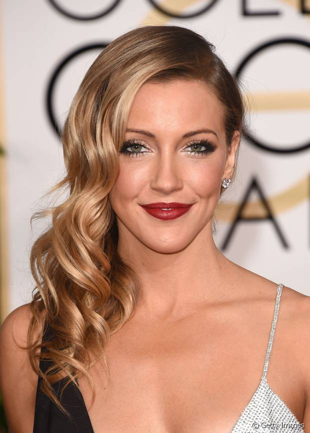 Katie Cassidy, a atriz da série 'Arrow', apostou no estilo ondulado e penteado para o lado e conseguiu destacar as luzes no cabelo
