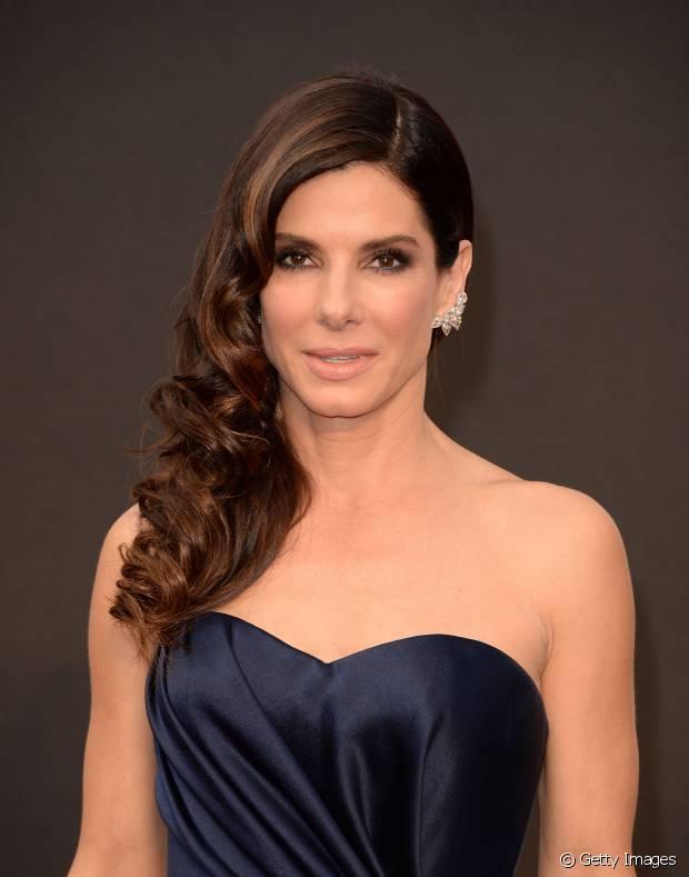 A atriz Sandra Bullock também é fã desse penteado quando não está com os fios totalmente lisos