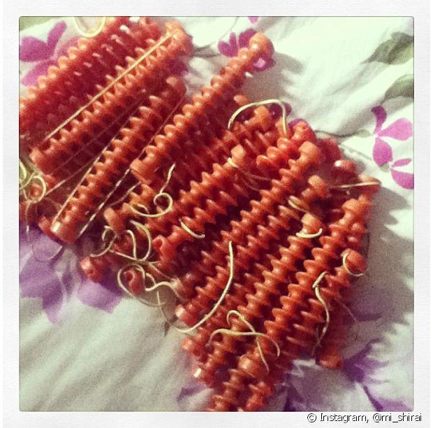 Também tem aqueles em formato de espiral, onde você encaixa os fios para ficarem em um formato único e igualado