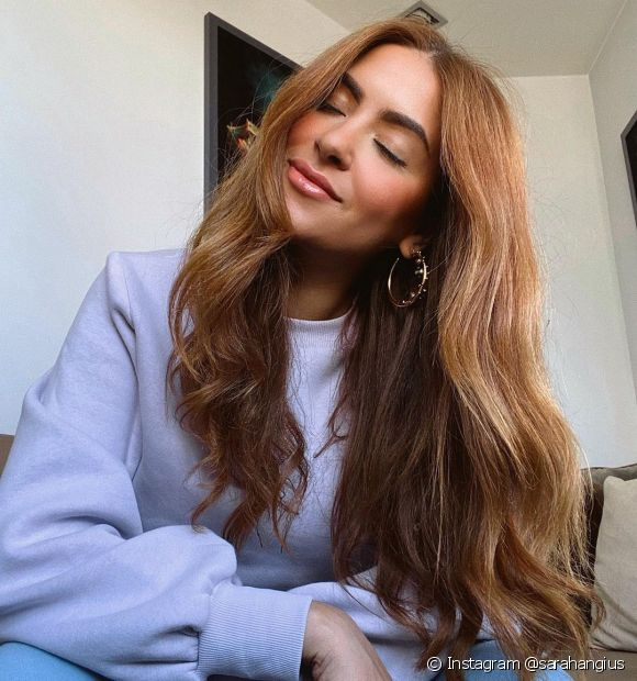 Que tal desfiar pontas do seu cabelo longo (Instagram @sarahangius)