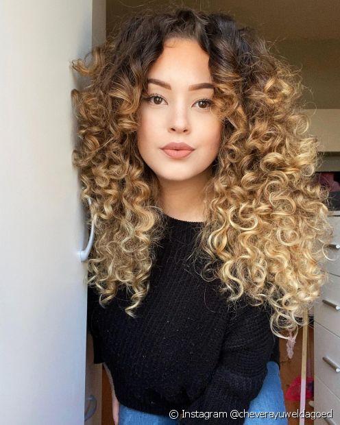 O ombré hair valoriza o corte em camadas (Instagram @cheverayuweldagoed)