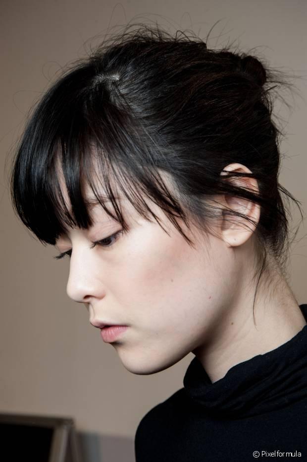 Para evitar que rostos redondos fiquem mais acentuados, o truque é deixar as laterais um pouco mais compridas do que o centro
