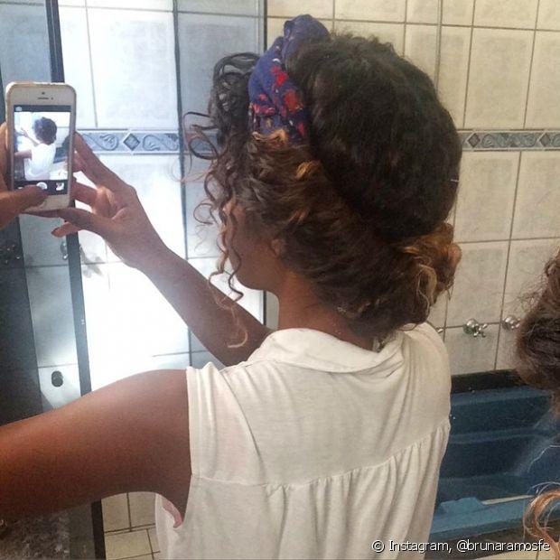 Dá para criar um penteado lindíssimo enrolando os fios em um lenço amarrado no cabelo