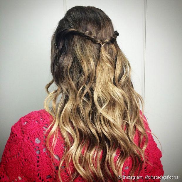 Simplicidade e romantismo inspiram esse penteado. O cabelo semipreso é lindo e combina com esse dia superespecial