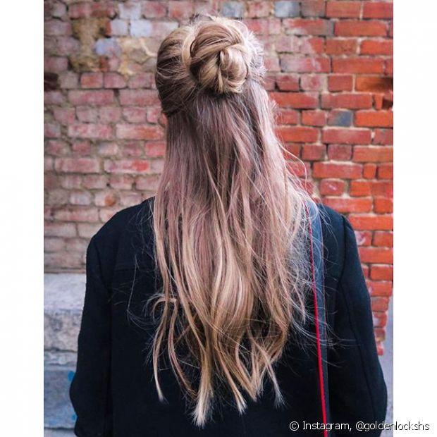 """Se você curte o estilo """"acordei e saí de casa assim"""", esse penteado é perfeito para o seu primeiro encontro"""