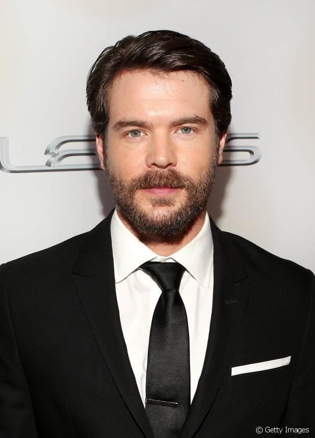 O bonitão Charlie Weber, da série 'How To Get Away With Muder', combina o penteado de bom moço com a barba estilosa